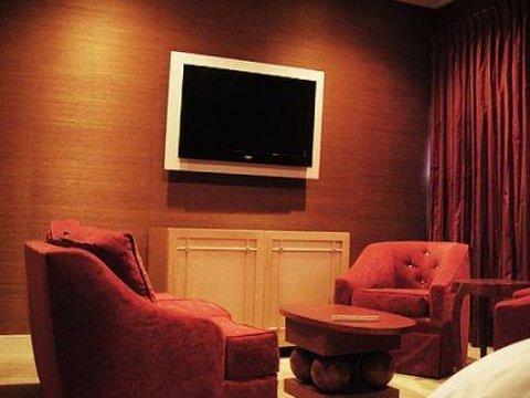 Executive Suite Livingroom Copy
