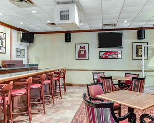 Bar - Clarion Inn Fairmont